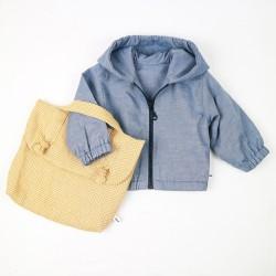 Tenue mi-saison pour bébé avec la veste jean et le sac en lin, fabriqués en France.