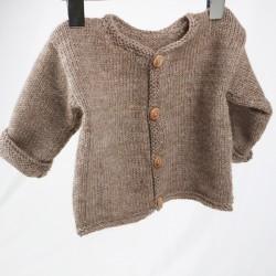 Petite veste en laine pour bébé coloris beige tricot main, idée cadeau.