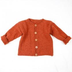 Veste en laine pour bébé couleur rouille déclinée du 6 au 24 mois, tricotée en France