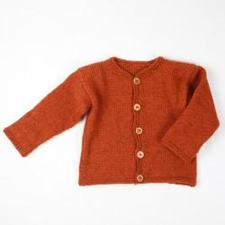 Pure laine vierge pour cette petite veste rouille tricotée main.