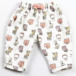 Idée cadeau de naissance pour ce pantalon aux motifs rigolos façon layette nature.