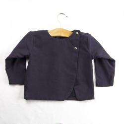 Idée cadeau de naissance pour cette petite veste fille aux détails enfantins façon layette nature