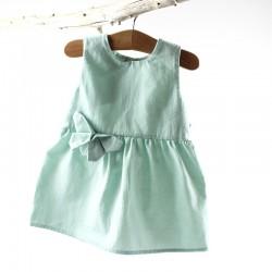 Idée cadeau de naissance pour cette élégante robe fillette unie en coton bio