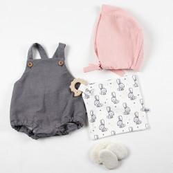 Ensemble coordonné vêtements et accessoires bébé en coton biologique.