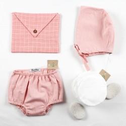Présentation de vêtements et accessoires bébés en coton bio.