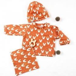 Idée cadeau de naissance pour cet ensemble bébé avec tee-shirt bonnet et doudou lapins stylé et bio
