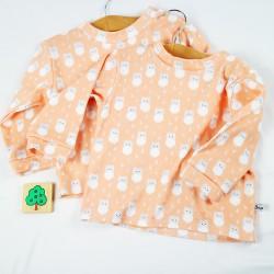 Tissu organic pour la fabrication de ce tee-shirt bébé aux coloris doux et aux motifs amusants.