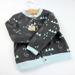 Un gilet noir ambiance montagne pour un bébé à la mode collection hiver