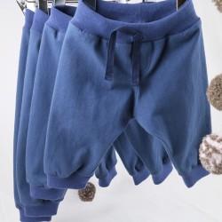 Vêtements Bambio, créations françaises en coton biologique, portant de pantalons pour garçon.