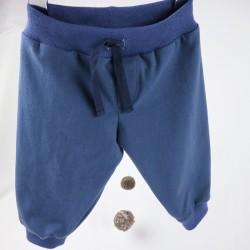Douceur et confort pour ce petit pantalon garçon en tissu biologique.