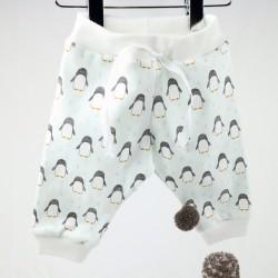 Idée de cadeau pour une naissance, ce pantalon jogging est en coton imprimé de pingouins.
