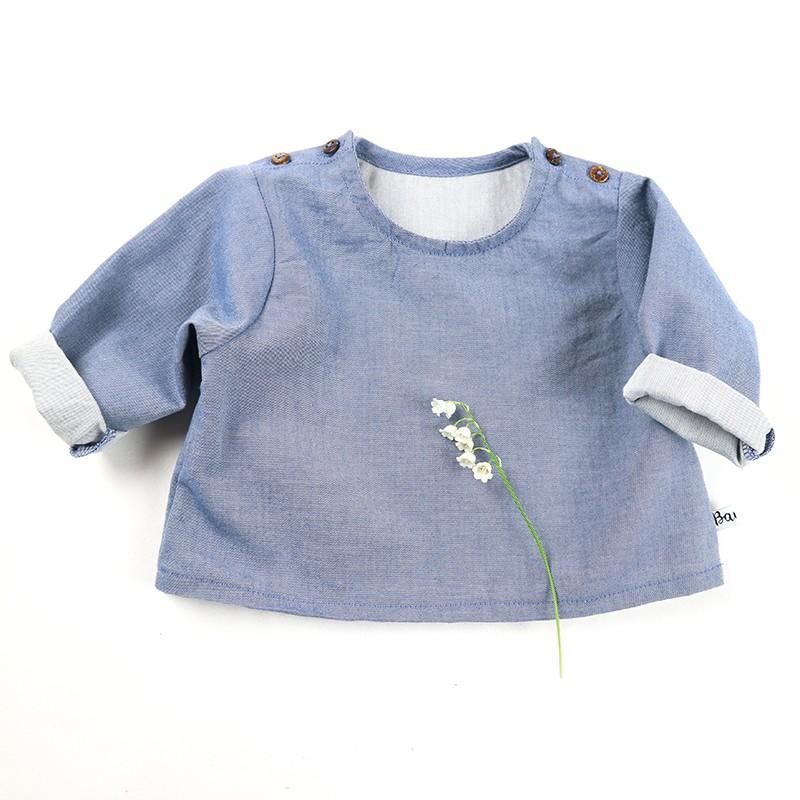 Idée cadeau de naissance pour cette blouse jean mixte en coton organique.