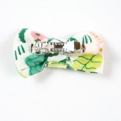 Look parfait pour cette petite barrette à noeud en coton biologique collection Jungle.
