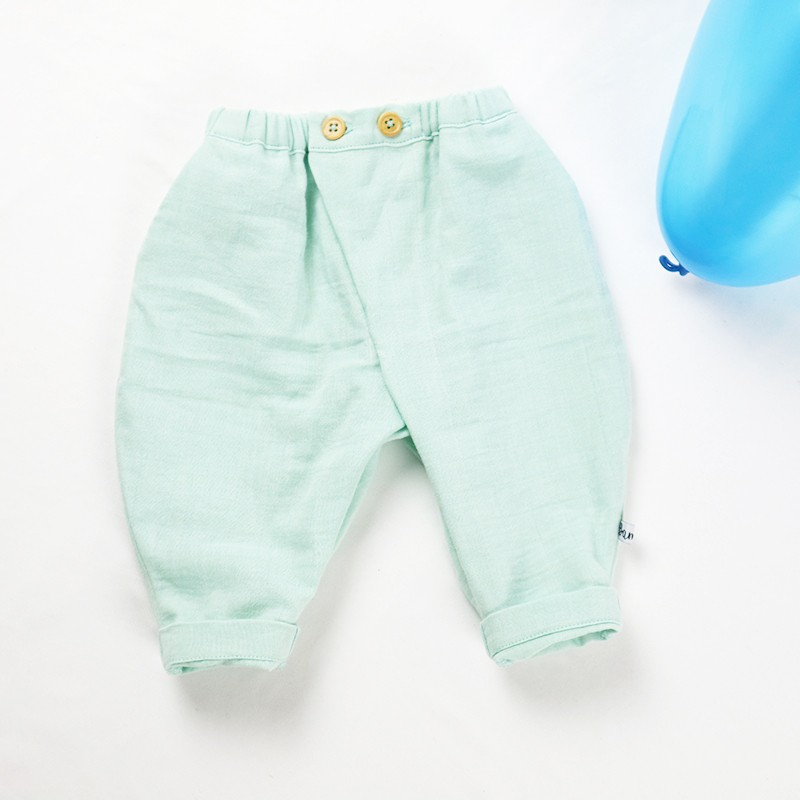 Joli pantalon bébé en lange de coton biologique taille 3 mois.