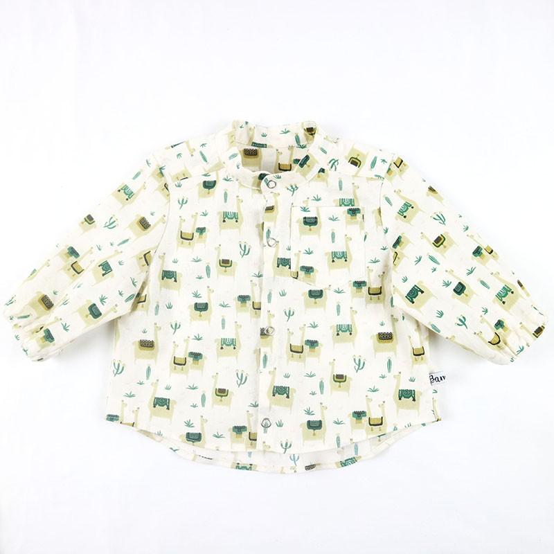 Idée cadeau de naissance pour cette chemise garçon en coton organique motifs lamas.