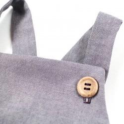 Barboteuse à bretelles violine boutons bois, pour un cadeau de naissance bio.