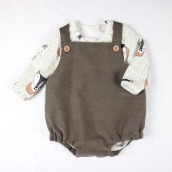 Barboteuse matières biologiques à bretelles marron tenue bébé garçon avec un body, style rétro-chic.