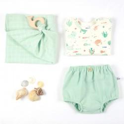 Préparation de la tenue de plage garçon en coton bio, avec le bloomer menthe à bouton, une idée de cadeau made in France !