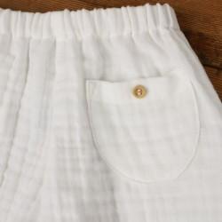 Pantalon blanc bébé en lange de coton création française modèle Milo avec sa poche arrière à bouton.