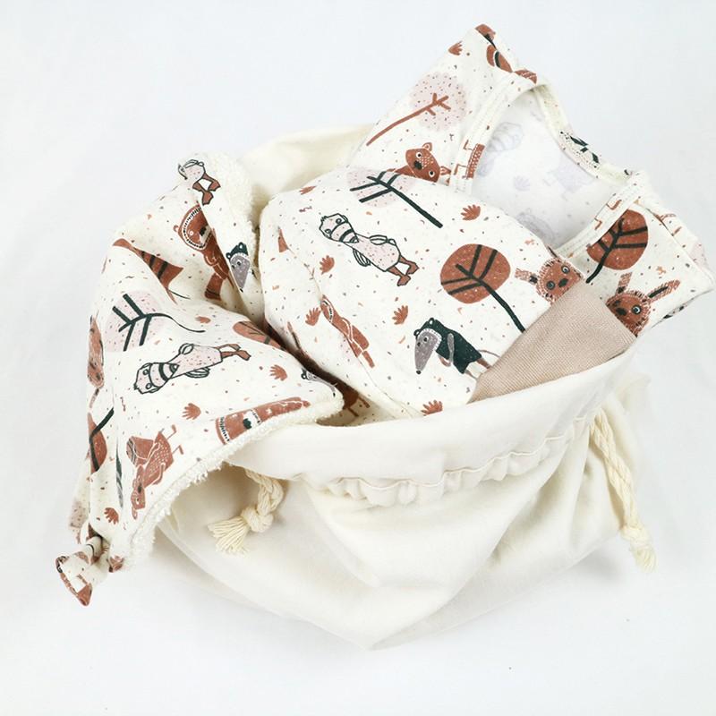 """Coffret de naissance bio """"le Petit Gang"""" comprenant un body, un bonnet, un bavoir, le tout dans un sac réutilisable."""